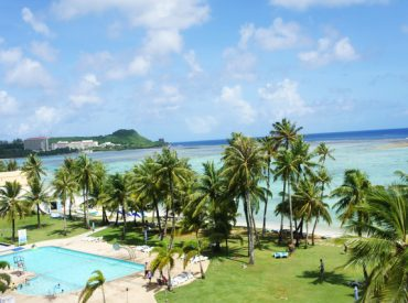 來對這間飯店沒什麼期待     不過一看到外面一片的草地沙灘跟椰子樹  讓人都興奮了起來
