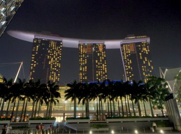 到了星期五  總算可以好好放鬆一下 新加坡同事帶我到MARINA BAY的金沙酒店逛街  這裡可以逛街又可以看夜景