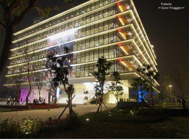 這棟建築由劉培森建築師和伊東豊雄團隊合作設計 晚上璀璨華麗  外牆四周用植栽裝飾  是一棟結合藝術與綠建築概念的大樓