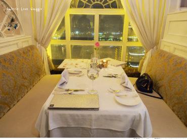 龍蝦酒殿餐廳燈光美氣氛佳  用餐時有鋼琴演奏 漢來飯店緊鄰著高雄港  靠窗的位置可眺望高雄港夜景
