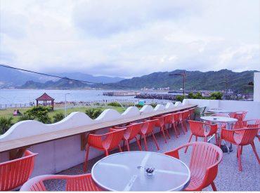 八斗子潮境公園有幾間海景咖啡館可欣賞海景  遠眺基隆山與九份 比起台北一帶的海景咖啡  這裡顯得閒靜許多 每間咖啡館各有不同風格  也很有異國風情