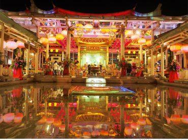 鹿港不只有老街和百年天后宮 還有一座獨一無二的玻璃媽祖廟 整座媽祖廟用玻璃打造 結合了電子燈光科技 利用玻 […]