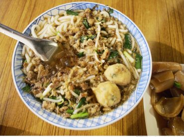 今日的台東晚餐  我們來吃人氣古早味美食米苔目 在台東市的榕樹下米苔目  一到用餐時間門口都是滿滿人潮 這一間米苔目口味古早道地  不少當地人與遊客都大力推薦