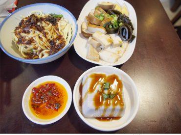 新竹的傳統小吃ㄤ咕麵  是關西的人氣美食 從小麵攤一直到今日的店面  至今已傳承一甲子 由阿公的諧音命名為ㄤ咕麵  是關西人小時候的味道