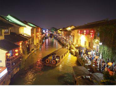 蘇州保留許多中國古鎮  山塘街是其中最具代表的古街 山塘街歷史已有一千多年  連接蘇州繁榮的商業地帶  從唐代以來便是商品的集散地 古街是蘇州典型的水巷格局