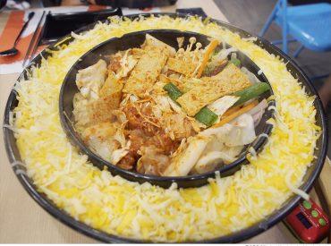 這鍋起司春川炒雞鍋  就是從韓劇沒關係是愛情啊裡紅起來的 現在不用到韓國也可以吃的到偶像劇裡的料理