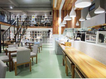 隨意閒晃台東市區  沒想到發現一棟建築很特別的餐廳 遠遠經過以為是工廠  沒想到裡面隱藏了一間咖啡店 從水泥圍牆與保留的倉庫不難發現這裡昔日是間舊工廠