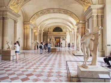 來到巴黎當然一定要來羅浮宮走走 身為達文西密碼的愛好者  看到金字塔地標便覺得興奮 裡面有3萬多件的典藏作品  就好像走進達文西密碼的世界