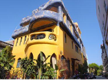 在小琉球最熱鬧的一區  隱藏一間異國風十足的民宿 民宿老闆受到西班牙高第建築的啟發