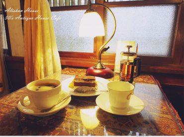 會入住阿里山賓館  也是因為想來拜訪這間五十年代老咖啡廳 咖啡廳位於歷史館的六樓  從舊接待櫃台走進來 彷彿也帶著我們走進50年代的老時光