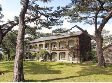 高聳參天的松林  倒影在一棟日式老建築 松園別館矗立在半山腰數十載年 面對寧靜的太平洋  天氣好時可以眺望花蓮市區和蔚藍大海
