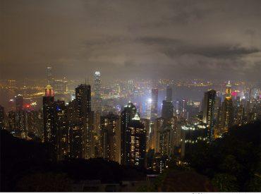 香港太平山夜景 從半山腰欣賞璀璨多彩的維多利亞港 摩天大樓勾勒出美麗的天際線 伴隨五光十色的燈光倒影在水上 如此獨特陶醉的景色  也因此成為世界聞名的夜景之一