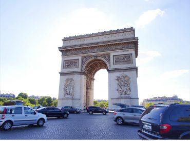 午後巴黎天氣晴朗  我們漫步在凱旋門的香榭大道 從巴黎鐵塔走過來大約半小時 來到這我們偶爾走路偶爾搭地鐵  享受著巴黎的古典建築與浪漫氣息