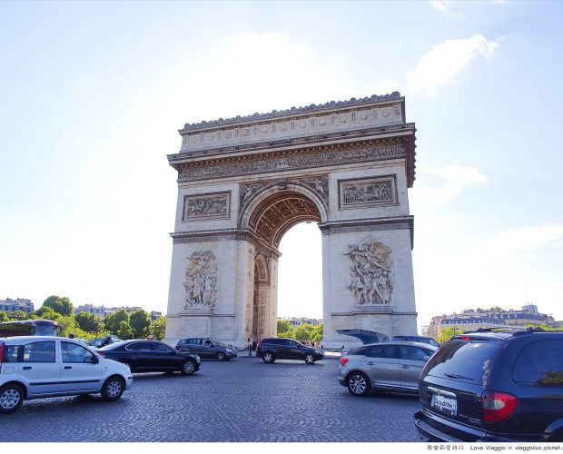 來到巴黎這個時尚之都  購物也是一件很享受的事 La Vallée Village 河谷村位於巴黎的市郊  搭乘RER 往迪士尼方向的前一站下車即是 早上我們逛了巴士底市集  正好可以走到里昂車站搭車