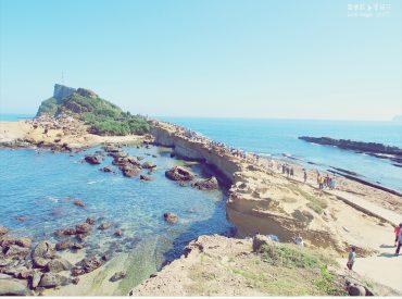 位於北海岸萬里的野柳是海岬地形的末端 全長1.7公里  寬度卻只有250公尺 這裡有世界聞名的奇岩與海蝕地景