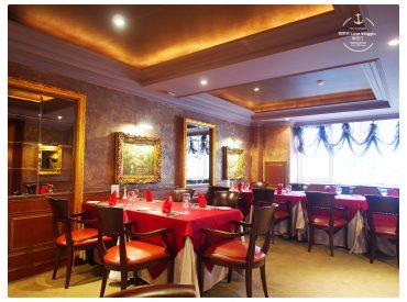 這間位於愛河畔的新統一泓品牛排 在高雄已經有50年歷史了 也是早期台灣第一間高級牛排館 這間老牌的牛排西餐廳從外觀看起來不起眼 但走進室內是華麗的歐式古典裝潢