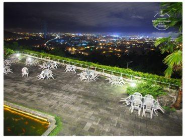 二樓有陽台半戶外座位 這處小陽台剛好擺了2人桌 坐在這好像小小的私人包廂 直接面對戶外景緻 從半山腰眺望花蓮市區 東台灣的夜景依然璀璨