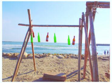 漁光島位於安平一帶的隱密海灘 外面是座森林種滿了木麻黃 木麻黃顏色深綠近黑 走在木棧道上兩旁樹木高聳參天 不進來仔細走走 還會發現原來裡頭隱藏一座美麗的月牙灣 是台南最美的海灘