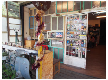 無意在鳳山火車站附近發現了這間寶石x飽食早午餐 就在曹公圳旁邊 餐廳不大但是店門口很有特色 有台灣5,60年代的復古風格 大家對於餐點的評價也都很不錯