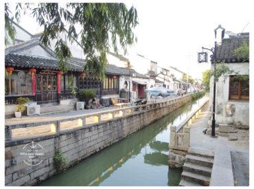 蘇州保留了一些古城鎮 先前分享過山塘街 那裡夜晚的兩旁水岸高掛紅燈籠特別有中國喜氣 這次則是來保存較完整的平江路